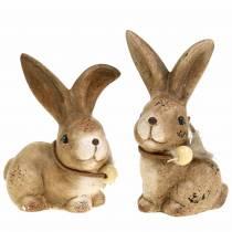 Figurki dekoracyjne króliki z piórkiem i drewnianym koralikiem brązowe różne 7cm x 4,9cm H 10cm 2szt.